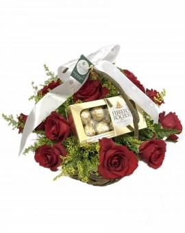 MUNDO DE ROSAS COM 18 ROSAS E FERRERO ROCHER